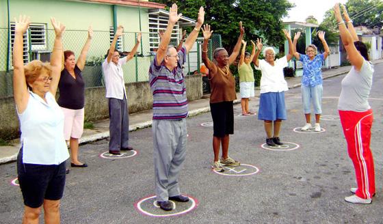 Abuelos amancieros realizan ejercicios para mejorar su calidad de vida